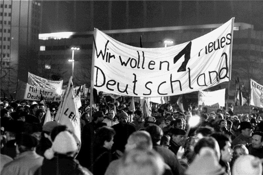 Sehr bald - hier Mitte Dezember 1989 in Leipzig - wird auf den Montagsdemonstrationen in der DDR die deutsche Wiedervereinigung eingefordert.