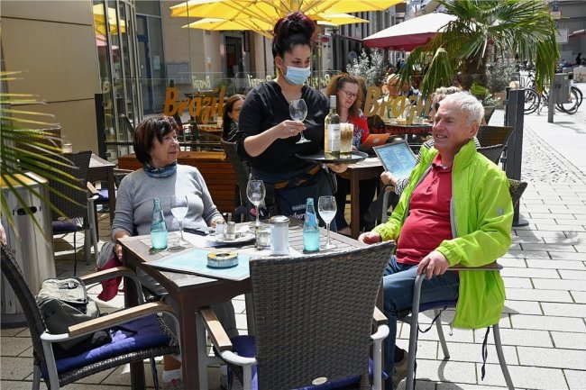 In der Chemnitzer Innenstadt waren die Terrassen der Lokale am Montag gut besucht. Auch die Teststationen hatten offen.