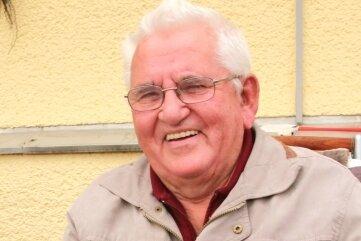 Jochen Reiher hält seinen Mitgliedsausweis aus dem Jahre 1951 bis heute in Ehren.