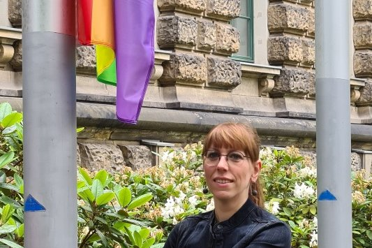 Die Ministerin ließ die Fahne am Donnerstag vor ihrem Ministerium hochziehen.