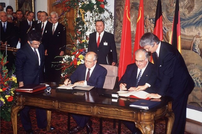 Gemeinsam an einem Tisch in Moskau: Michail Gorbatschow (links), Präsident der Sowjetunion, und Bundeskanzler Helmut Kohl.