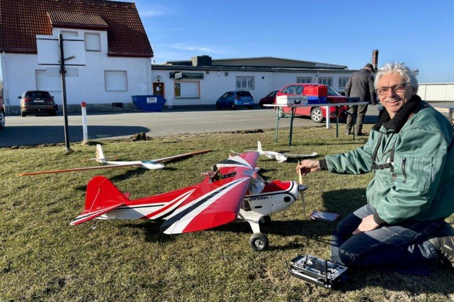 Modellflieger erweckt Flugzeuge aus dem Winterschlaf