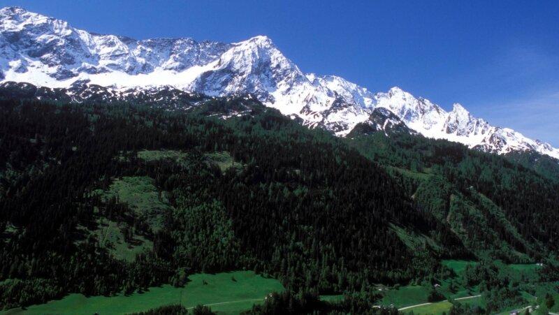 Gotthard-Massiv in den Schweizer Alpen. Hier führt der längste Eisenbahntunnel der Welt durch, der die Lkw-Kolonnen durch die Bergwelt verringern soll. Doch der notwendige Ausbau des Schienennetzes in Deutschland und Italien wird wohl noch Jahrzehnte dauern.