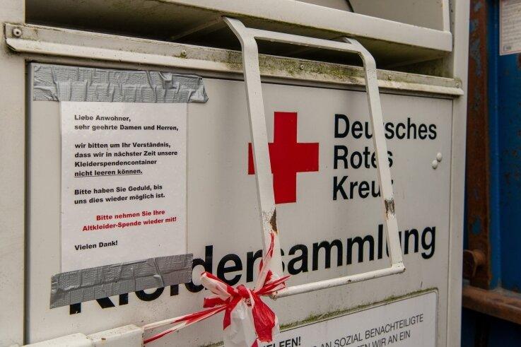 Der Container am Parkplatz in Rochsburg ist verschlossen. Ein Hinweisschild bittet Spendewillige, ihre Kleidung wieder mitzunehmen.