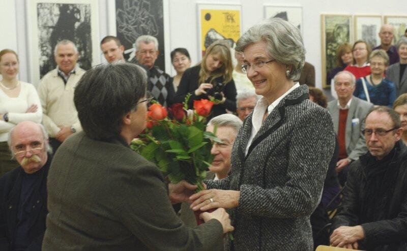 Kulturbürgermeisterin Heidemarie Lüth dankte am Samstagabend zur Ausstellungseröffnung Margrit Becker (rechts) und deren Mann Gert Becker für die Sammlung an Künstlerplakaten, die sie den Kunstsammlungen geschenkt haben.
