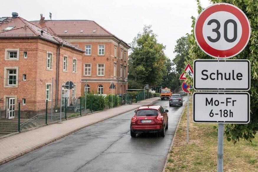 Für die Straße vor der Peniger Erich-Kästner-Grundschule und dem Hort hat die Stadtverwaltung einen Fußgängerüberweg mit Zebrastreifen beantragt. Nach einer Vor-Ort-Begehung hat das Landratsamt dies jedoch abgelehnt. Seit dem 27. Juni gibt es eine zeitweise Geschwindigkeitsbegrenzung auf 30 km/h.