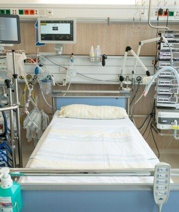 Ein Intensivbett auf einer Intensivstation: Die Kliniken im Erzgebirgskreis müssen derzeit viele Corona-Patienten behandeln.