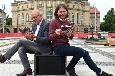 Auf dem Theaterplatz haben die Vorbereitungen für die Filmnächte begonnen. Stefan Tschök (links) vom Programmbeirat und Festivalleiter Michael Claus freuen sich auf einen Sommer voller Filme, Konzerte, Theateraufführungen und Lesungen.