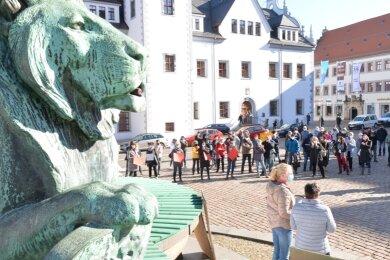 Mehr als 150 Freiberger Einzelhändler, Gastronomen und andere Innenstadtakteure protestierten am Montag auf dem Obermarkt.