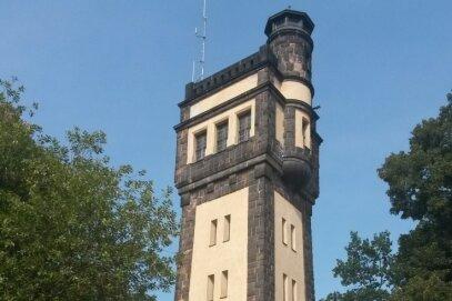 Der König-Friedrich-August-Turm an der Heeresstraße gehört zur Silhouette der Stadt wie das Rathaus oder die Martin-Luther-Kirche.