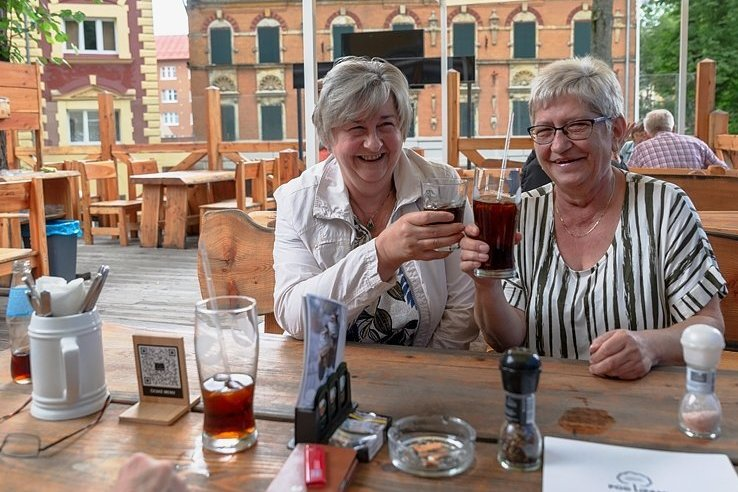 """Im Restaurant """"Pod Lipami"""" in Vejprty freuten sich Martina (l.) und Kerstin, dass der kleine Grenzverkehr weiter möglich ist."""