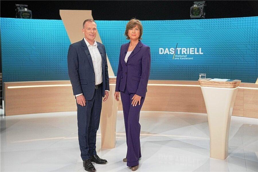 Die Moderatoren Oliver Köhr (ARD) und Maybrit Illner (ZDF). Foto: Michael Kappeler/dpa-Pool/dpa