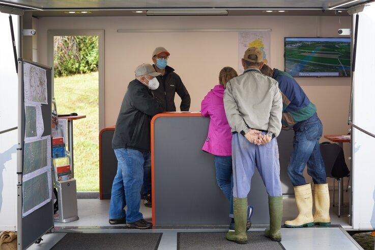 Am Dialog-Mobil des Netzbetreibers 50 Hertz holten sich Landwirte Informationen aus erster Hand zur neuen Höchstspannungstrasse.