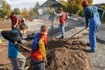 Jungs aus der Umgebung ließen es sich nicht nehmen, den Pumptrack mit zu gestalten.