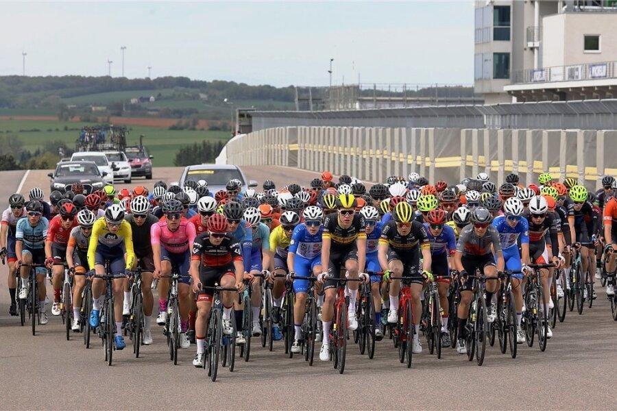 Beim Start waren sie noch alle dicht beisammen: 148 Radfahrer nahmen an der Drei-Länder-Meisterschaft auf dem Sachsenring teil.