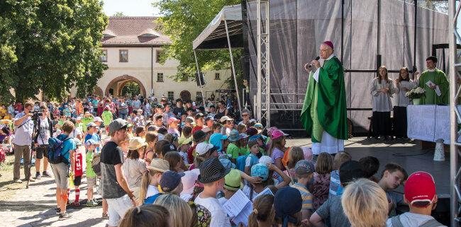 Die Kinderwallfahrt des Bistums Dresden-Meißen endete am Mittwoch vor der Basilika des Klosters Wechselburg.