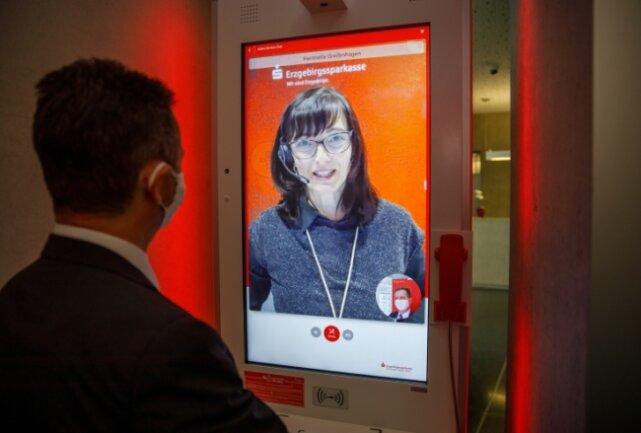 """Ein """"Dipps"""" mit dem Finger und die neue Technik schafft die Verbindung ins Servicecenter, wo unter anderem Heinriette Greifenhagen als Ansprechpartnerin weiterhilft."""