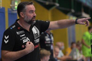 Stephan Swat weist die Richtung. Der Trainer des EHV Aue empfängt mit seinem Zweitliga-Team am Freitagabend den HSV Hamburg und will den dritten Saisonsieg einfahren.