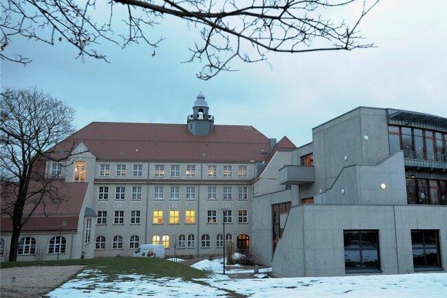 Das Albert-Schweitzer-Gymnasium in Limbach-Oberfrohna. In seiner Nachbarschaft soll eine neue Sporthalle entstehen.