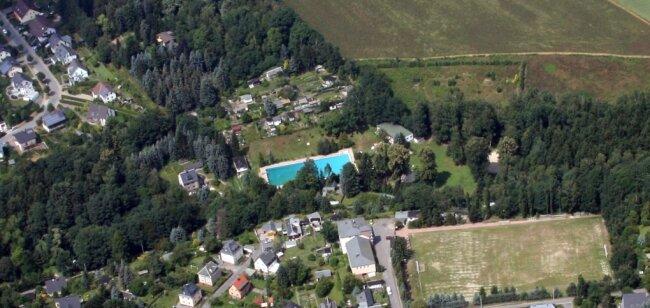 Das Luftbild aus dem Jahr 2013 zeigt das Erfenschlager Freibad am Rande des Stadtteils.