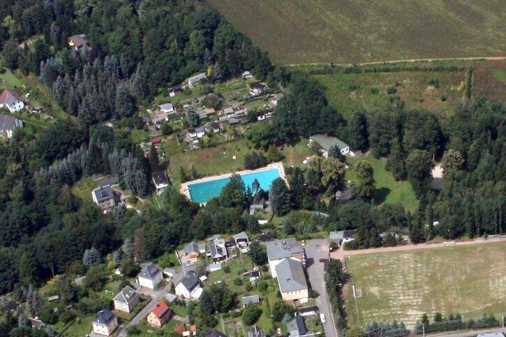 Das Luftbild aus dem Jahr 2013 zeigt die idyllische Lage des Erfenschlager Freibades am Rande des Stadtteils in unmittelbarer Nachbarschaft zu Reichenhain. Mittlerweile ist die Einrichtung seit mehreren Jahren geschlossen; die Rathausspitze plant den Abriss der Anlagen.
