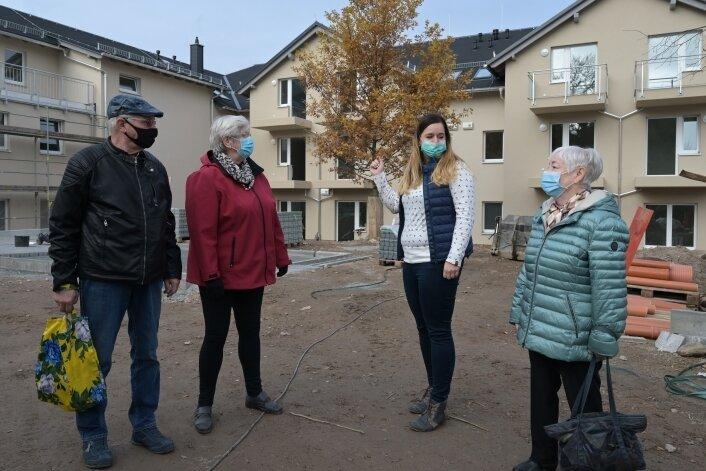 Gitta Lenk und Reimund Unger aus Zwönitz (links) und Gudrun Ehrke aus Aue (rechts) ziehen in den Neubau der Diakonie in Zschorlau ein. Einrichtungsleiterin Rebekka Seidel koordiniert die Vermietung.