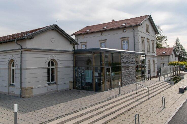 Das Flachdach über dem Mittelteil des Erlauer Generationenbahnhofs weist erhebliche Mängel auf und soll ausgetauscht werden.