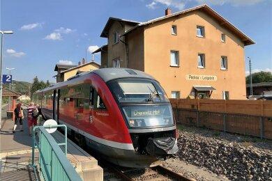 Ein Zug der Erzgebirgsbahn im Bahnhof Pockau-Lengefeld. Von hier aus führt ein intaktes Gleis weiter nach Marienberg, doch die Wiederinbetriebnahme für den Personenverkehr lässt auf sich warten.