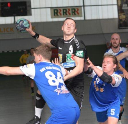 Gegen Verbandsligist Stahl Rietschen setzten sich die Zwönitzer Handballer in der Vorbereitung durch. Nun will das Team um Nico Langer gegen die SG LVB erfolgreich in die neue Sachsenliga-Saison starten.