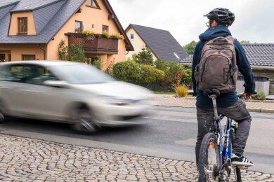 Radfahrer an einer Einmündung: Radwege fehlen noch vielerorts, nicht nur wie hier in Marienberg.