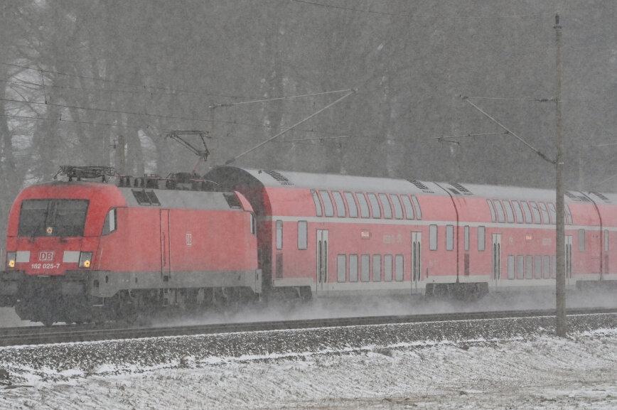 Mittelsachsen: Schneechaos legt Züge lahm, Bus rutscht in Graben