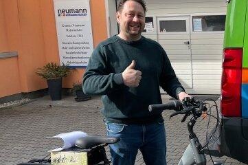 Gunnar Neumann freut sich über sein gewonnenes E-Bike.
