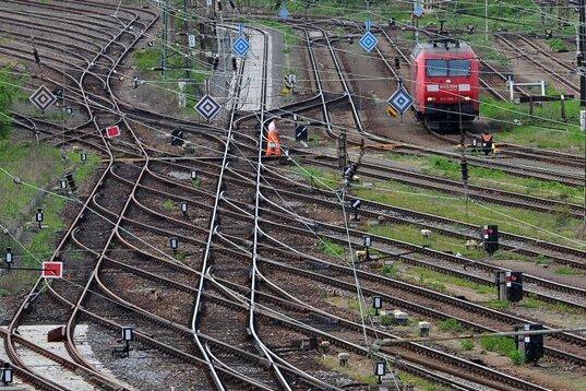 Gähnende Leere: Ein Rangierer läuft am Güterbahnhof Dresden-Friedrichstadt über die Gleise.