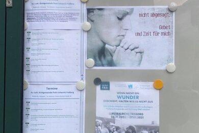 In einem Schaukasten informiert die Freiberger Kirchgemeinde Petri-Johannis über Veranstaltungen und Termine.