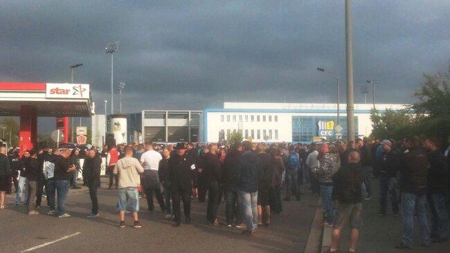 Protestierende vor dem Beginn der von Pro Chemnitz angemeldeten Kundgebung vor dem Stadion.