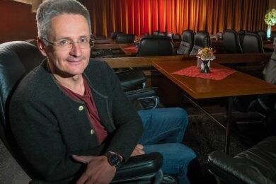 Betreiber Sven Kruppa in seinem Clubkino Gelenau. Er betreibt es seit den 1990er-Jahren. Film-Fans verteilen sich im Zuschauerraum auf 80 Ledersessel an Tischen.