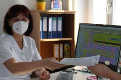 Als Corona im Krankenhaus Freiberg um sich griff, haben Sabine Hesse und Martin Schirmer mehrmals täglich die Dienstpläne umgeschrieben. Nicht im Bild: Sandra Meyer, die auch zum Team der Pflegedirektion gehört. Insgesamt gilt es, rund 400 Mitarbeiter zu koordinieren.