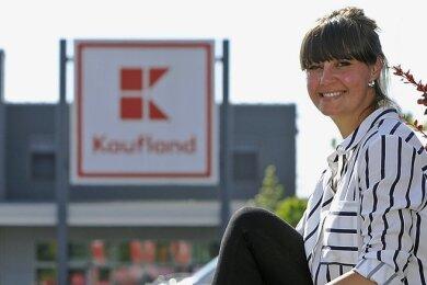 Rebecca Philipp auf dem Kaufland-Parkplatz in Glauchau. Ihr Facebook-Beitrag zum Flirt im Supermarkt wurde bisher fast 400-mal geteilt.