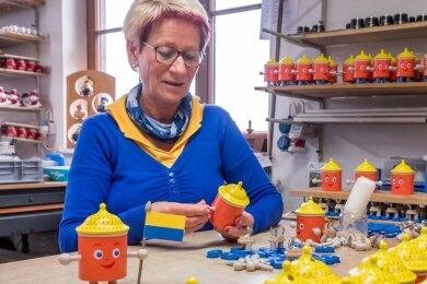 Räuchermännchen Uli wird in der Firma Seiffener Volkskunst hergestellt. Unter anderem entsteht es unter den Händen von Holzspielzeugmacherin Monika Hermann.
