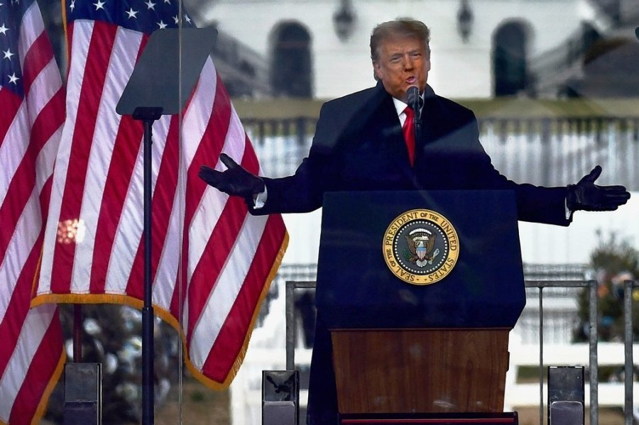 Mit einer Rede bei einer Kundgebung am 6. Januar - so der Vorwurf - soll Trump seine Anhänger aufgehetzt haben. Wenig später stürmten Hunderte das Parlamentsgebäude in Washington und attackierten Sicherheitskräfte. Fünf Menschen starben. Inzwischen verurteilt Trump die Krawalle.