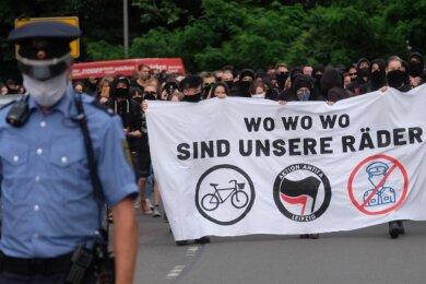 Teilnehmer einer linken Demonstration gehen mit Transparenten durch den Stadtteil Connewitz. Sie machen dabei auf den Korruptionsfall innerhalb der sächsischen Polizei um gestohlene Fahrräder aufmerksam.