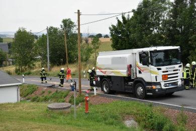 Ein Laster hat am Mittwochvormittag in Adorf Diesel verloren.