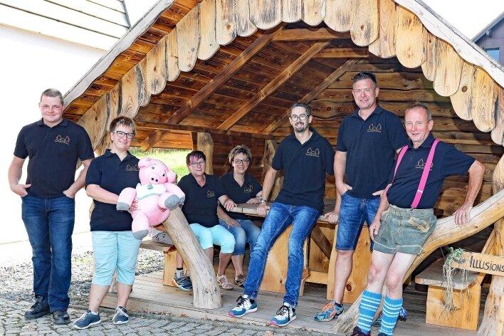 """Der Verein """"Illusionswelten"""" hat sich vor die Kultscheune in Lauterbach eine Blockhütte gestellt, die Spaziergänger zu einer Rast einlädt."""