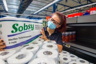 Fränzi Weiß füllt im Simmel-Markt in Aue die leeren Regale wieder mit Toilettenpapier auf.