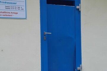 Die Täter hatten versucht, gewaltsam die Tür einzutreten.