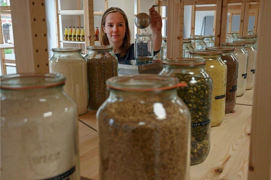 Laura Schmid in ihrem Unverpacktladen an der Weststraße in Chemnitz beim Abfüllen von Produkten. Das Geschäft soll am kommenden Montag eröffnet werden.