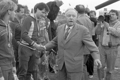 Protektion von ganz oben: Ehrenpräsident und Stasi-Chef Erich Mielke im Juni 1987 mit Spielern des damals neunfachen DDR-Rekordmeisters BFC Dynamo Berlin.