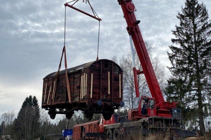 Ein gut 80 Jahre alter Güterwagen wurde von einem Autokran der Firma Kelpin in Hammerbrücke wieder sicher auf die Gleise gesetzt.