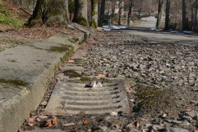 Der obere Teil der Schlossstraße Rodewisch hat die Erneuerung nötig. Dabei muss auch die Brücke saniert oder neu gebaut werden.