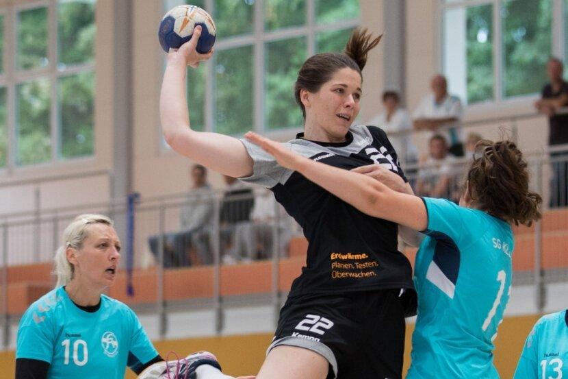 Im vergangenen Jahr gewannen die Rotation-Damen deutlich mit 28:18 gegen die SG Klotzsche. Rückraumspielerin Denise Gruber (M.) trug zwei Treffer zum Heimsieg am dritten Spieltag bei.
